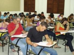 alunos estudando na faculdade
