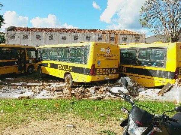 Vários ônibus foram danificados