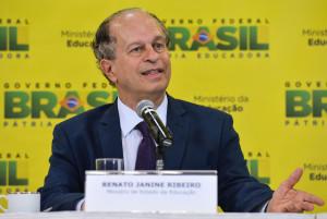 Brasília- DF- Brasil- 06/04/2015- O novo ministro da Educação, Renato Janine Ribeiro, fala à imprensa após cerimônia de transmissão de cargo, no ministério (Valter Campanato/Agência Brasil)