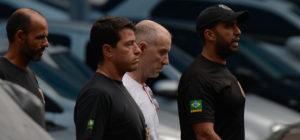 Rio de Janeiro - O empresário Eike Batista é levado pela Polícia Federal para o presídio de Bangu 9 após prestar depoimento na Praça Mauá. (Foto:  Fernando Frazão/Agênci Brasil)